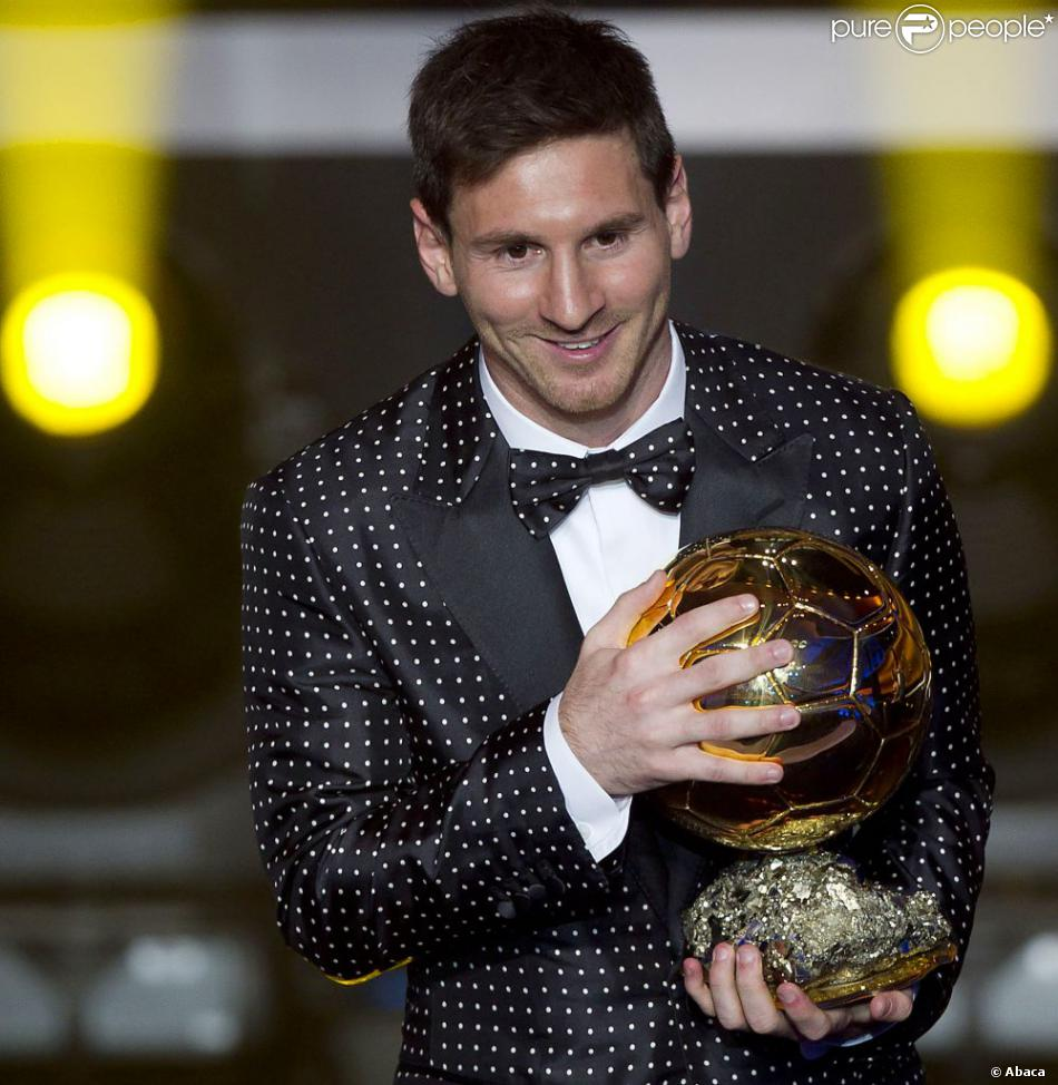 1019470-lionel-messi-of-argentina-holds-the-950x0-2.jpg